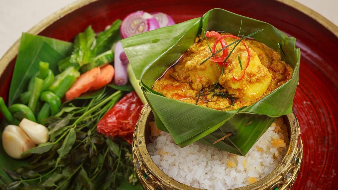 Beim Reisen in Kambodscha lernst du, wie du Fisch Amok zubereiten kannst, ein beliebtes lokales Gericht.